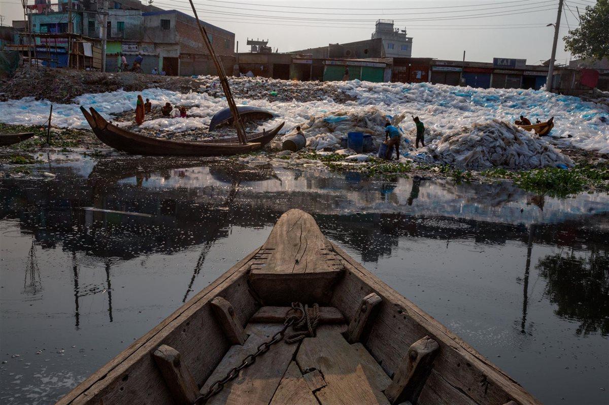 Mar lleno de plastico